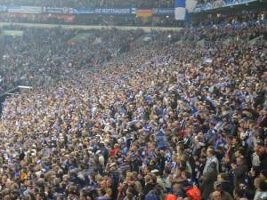 """Schalkes trofaste fans må fortsatt vente på den første Bundesliga-triumfen. """"schalke (0) v CHELSEA (0)""""(CC BY 2.0)byFree-ers"""